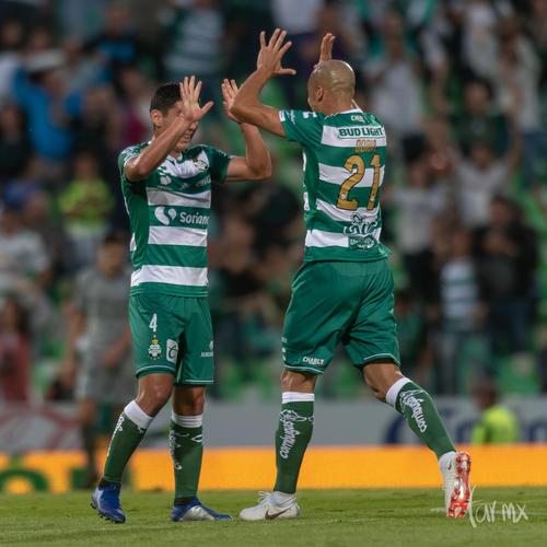 Angulo y Doria, festejando gol de Furch