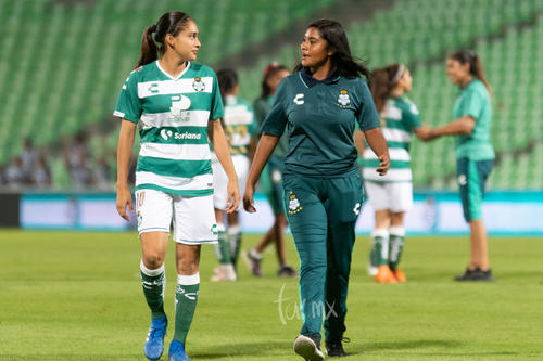 Ana Cristina Arvizu Cantú (izquierda)