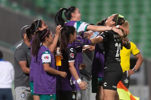 Celebración de gol de Yahaira Flores 8, Wendy Toledo, Ana Gu