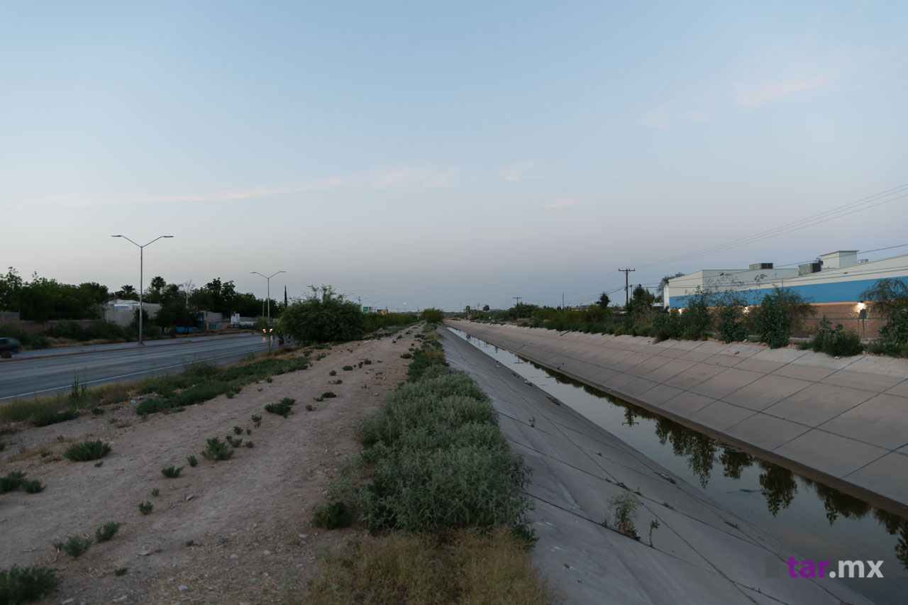 Canal a orilla de la carretera Torreón - San Pedro